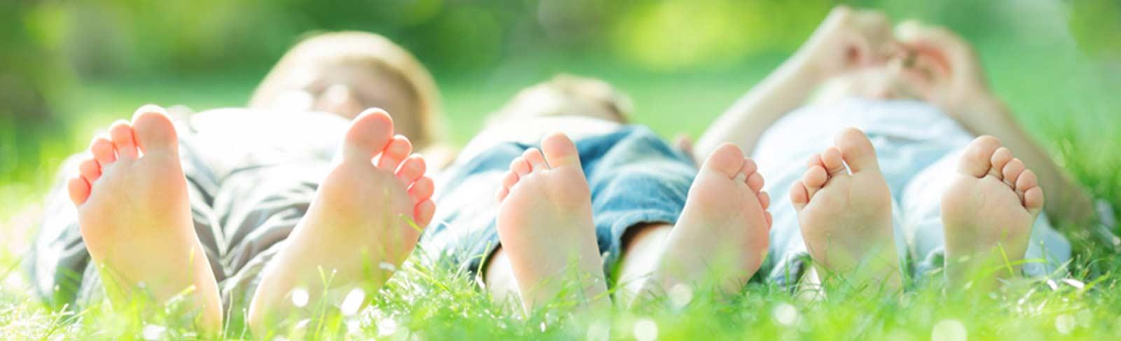 Kinder geniessen die Natur im Gras