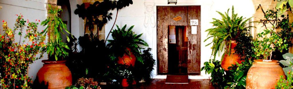 Eingangs-Tür zwischen Pflanzen